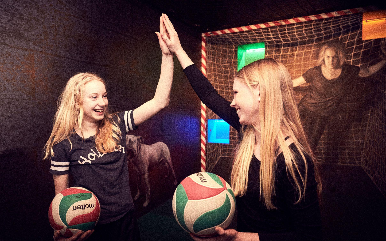 flickor på klassresa håller bollar